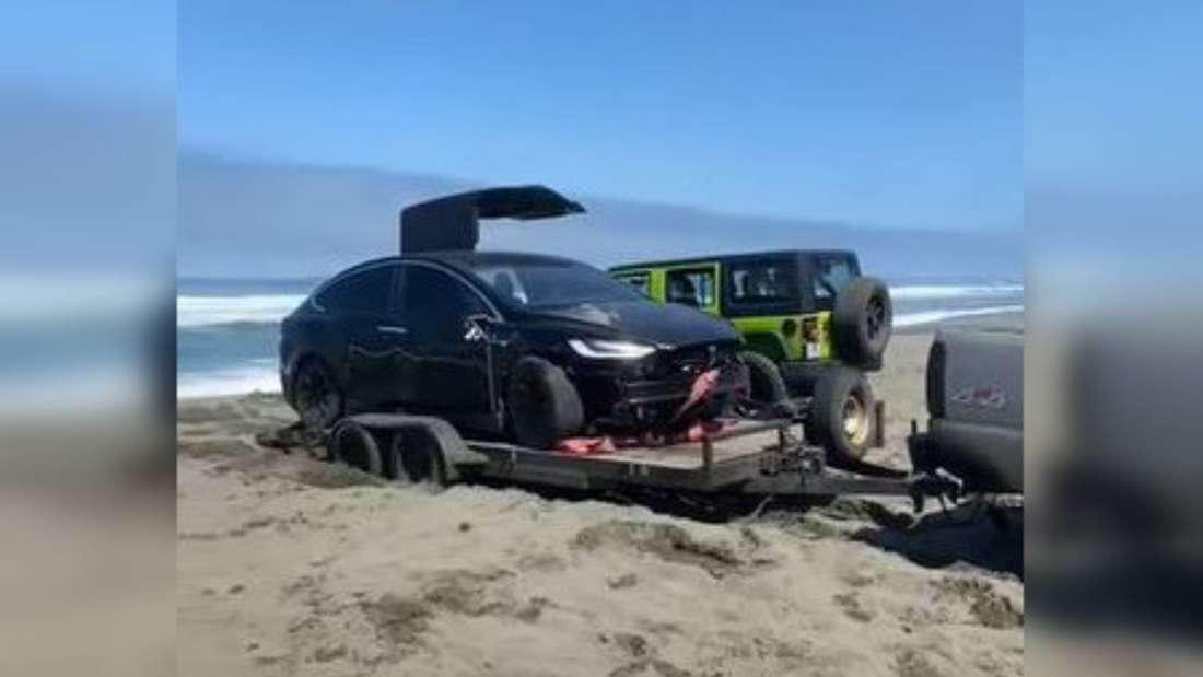 Das Tesla Model X wird vom Sandstrand abgeschleppt.
