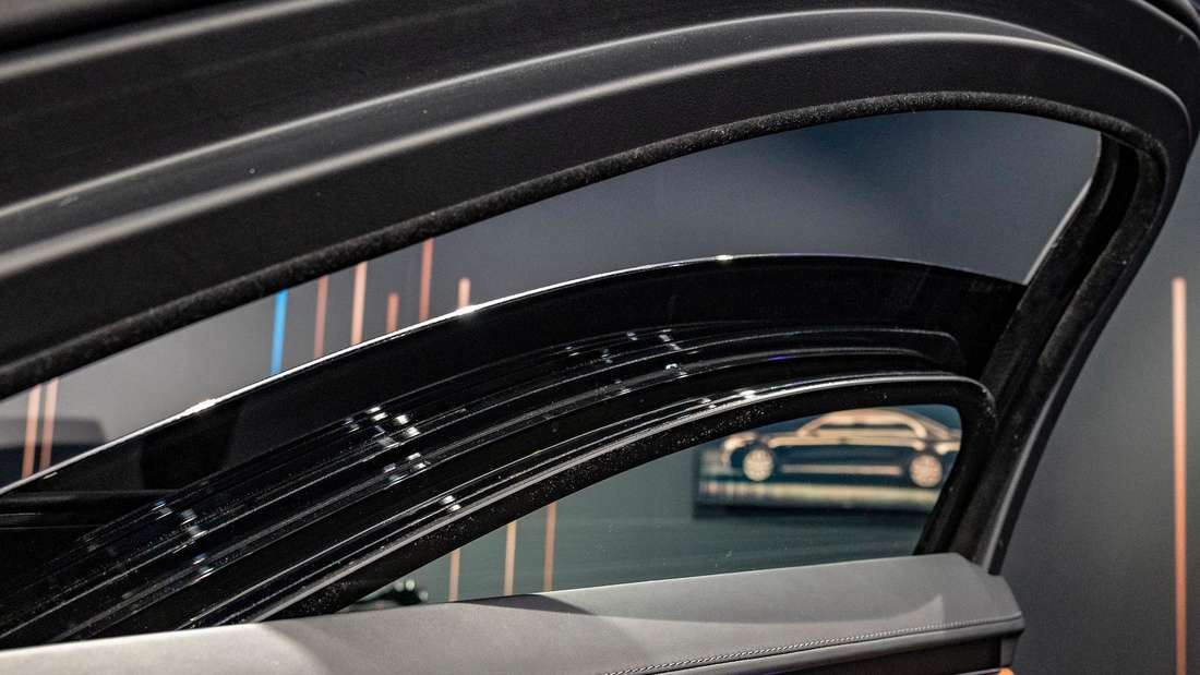 Das halb heruntergelassene Fenster eines Mercedes S 680 Guard 4matic
