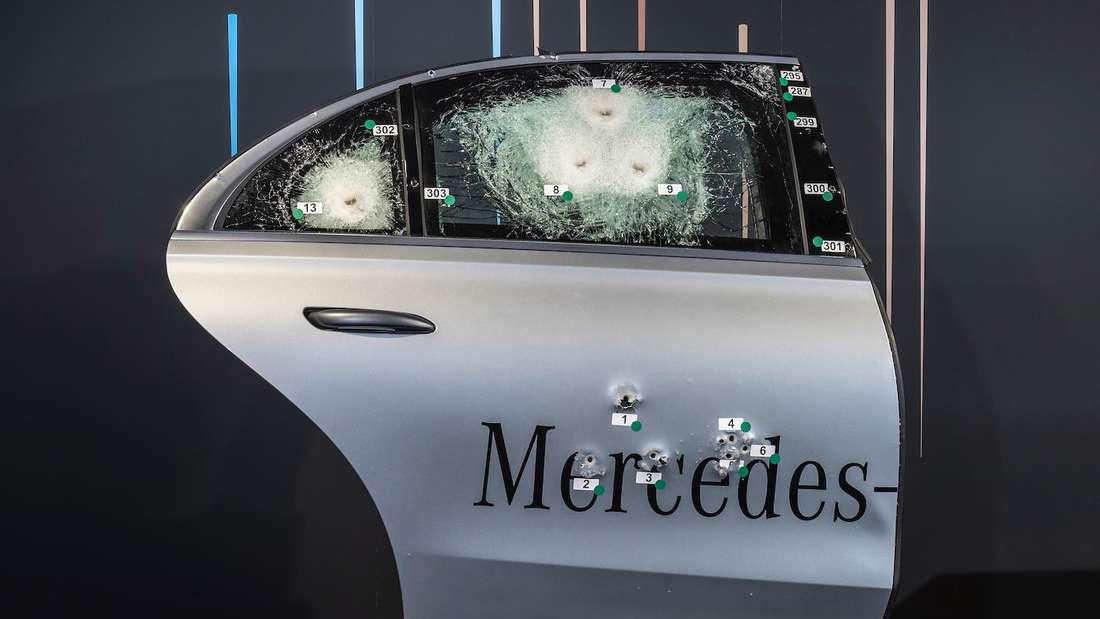 Die Tür eines Mercedes S 680 Guard nach dem Beschuss