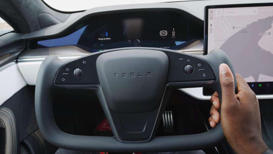 Blick auf das Yoke-Lenkrad eines Tesla Model S Plaid