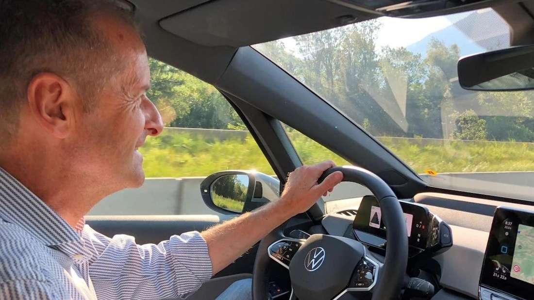 Herbert Diess am Steuer eines VW ID.3 (Symbolbild)