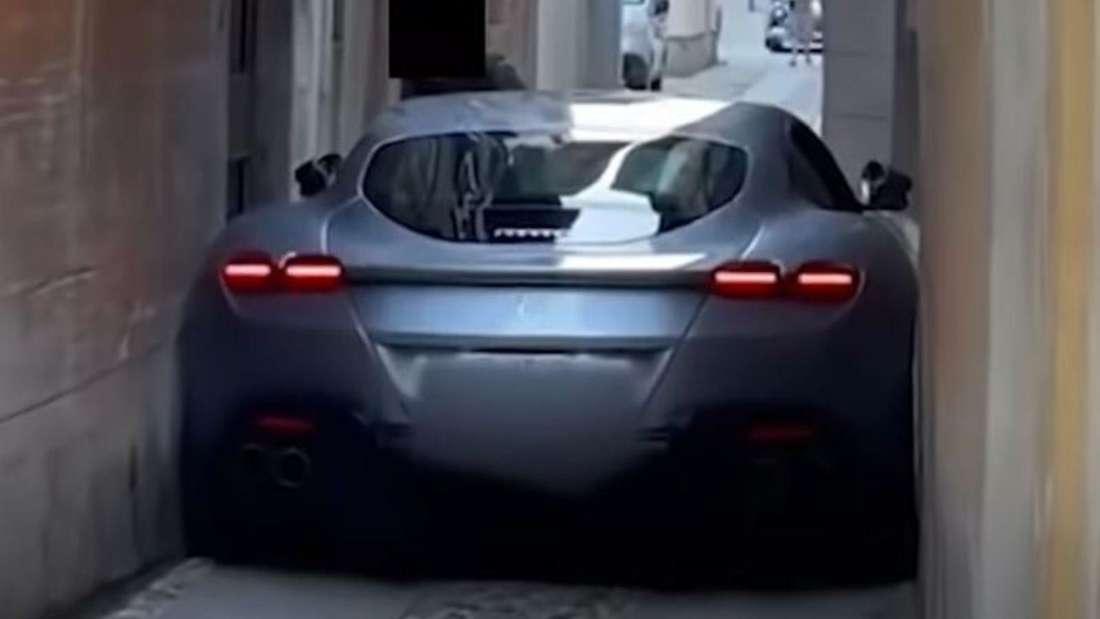 Ein Ferrari Roma steckt in einer engen Gasse fest.