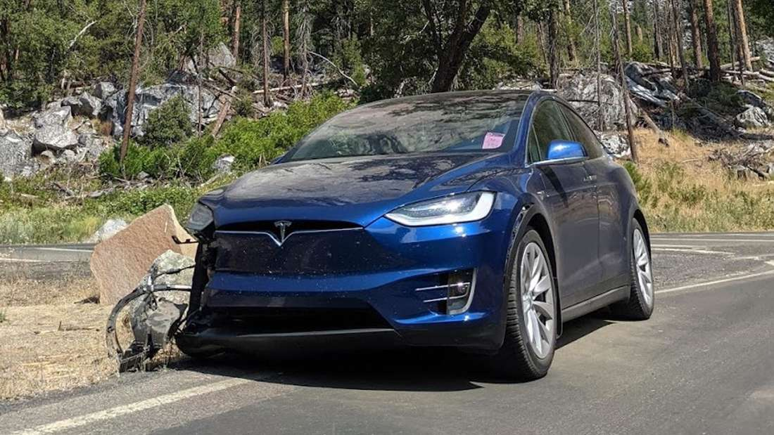 Tesla Model X, auf Felsbrocken geprallt