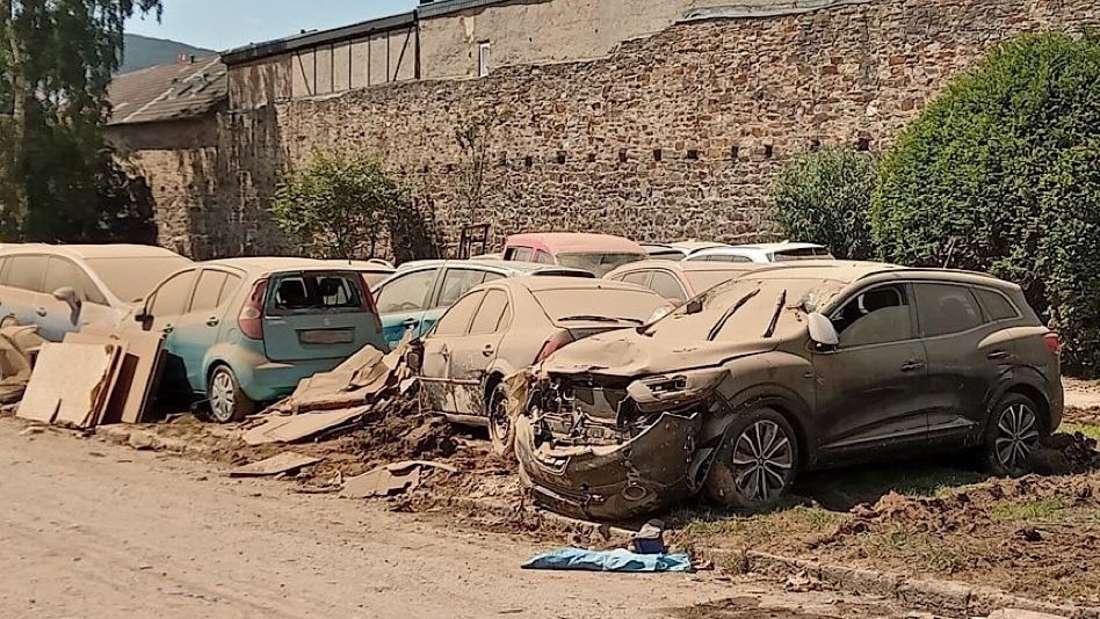 Mehrere Autos sind nach der Flutkatastrophe ein Totalschaden.