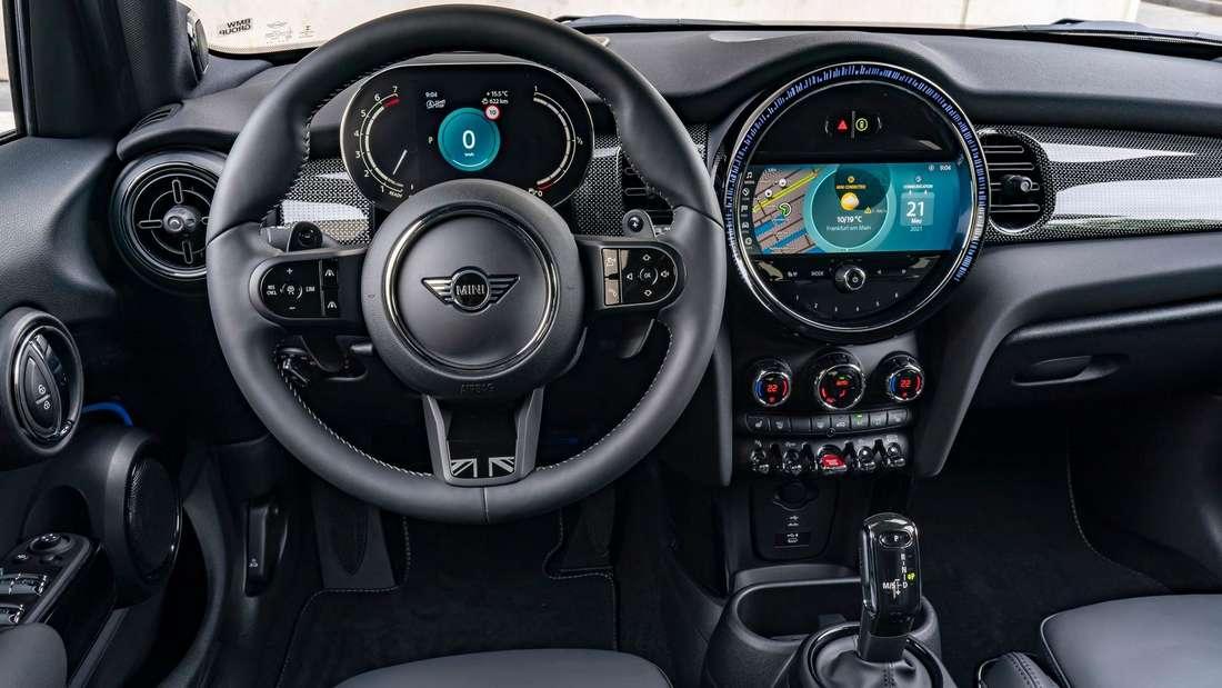 Blick ins Cockpit eines Mini Cooper S 5-Türers