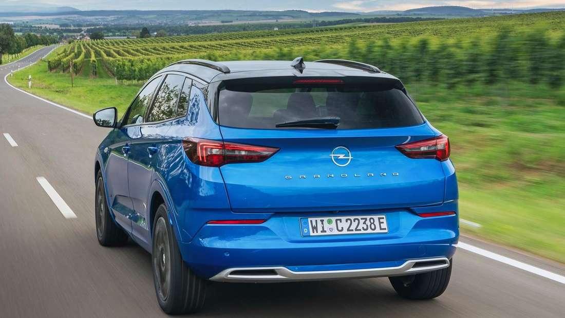 Opel Grandland Hybrid4, fahrend, von hinten