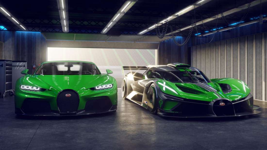 Ein Bugatti Chiron steht neben einem Bugatti Bolide.