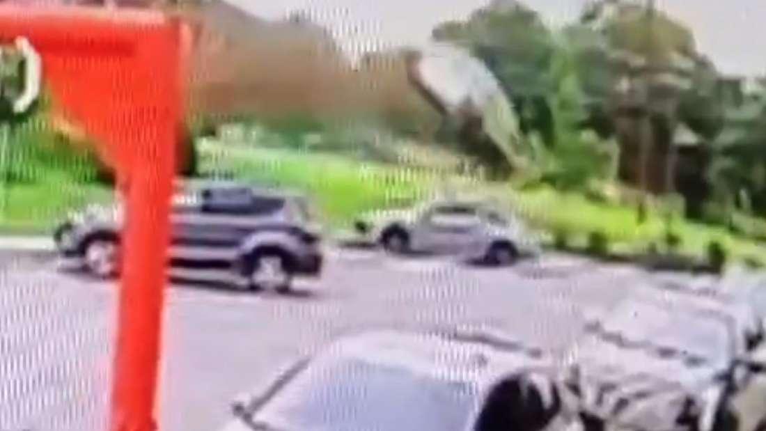EIn Toyota Corolla fliegt durch die Luft.