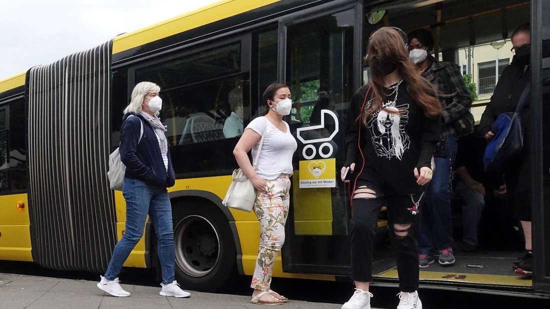 Das Foto zeigt, wie Menschen in einen Bus einsteigen. (Symbolbild)