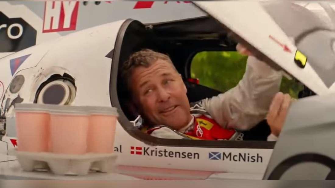 Tom Kristensen sitzt in einem Audi-Le-Mans-Rennwagen.