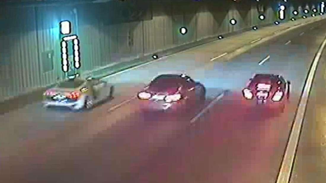 Ein Audi R8, ein BMW M3 und ein Mercedes-AMG fahren im Uni-Tunnel auf der A46 nebeneinander.
