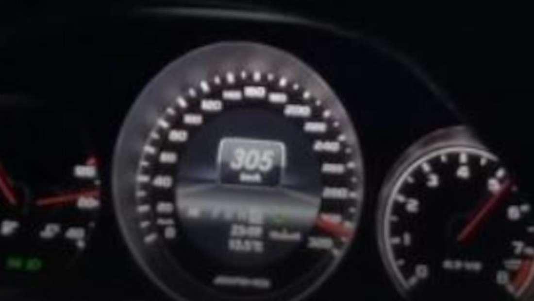 Ein Screenshot aus dem Selfie-Video, der Tacho des Mercedes-AMG zeigt 305 km/h.