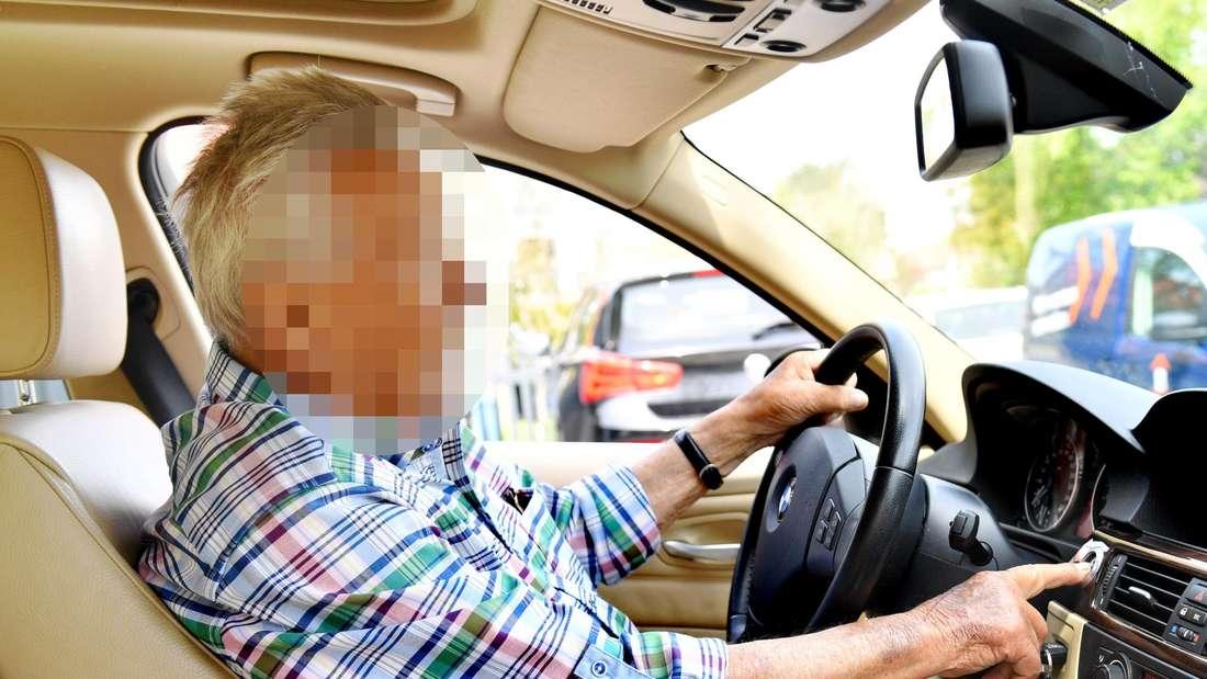 Ein 92-Jähriger sitzt hinter dem Lenkrad eines Autos (Symbolbild)