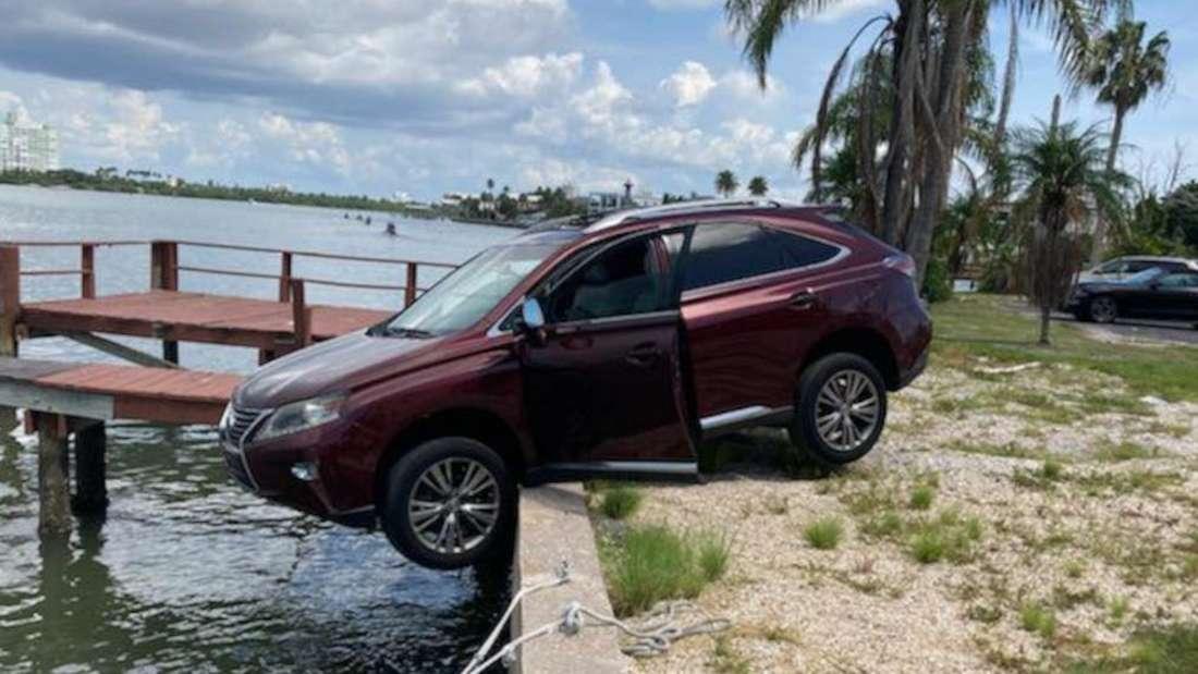 Ein Lexus RX hängt mit den Vorderrädern über dem Wasser.