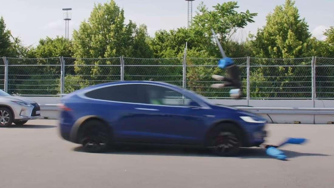 Ein Tesla Model X fährt einen Fußgänger-Dummy um.