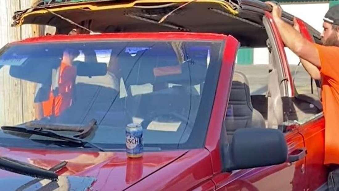 """Die zwei """"BackyardBroncos"""" heben das Dach des Jeep Grand Cherokee ab."""