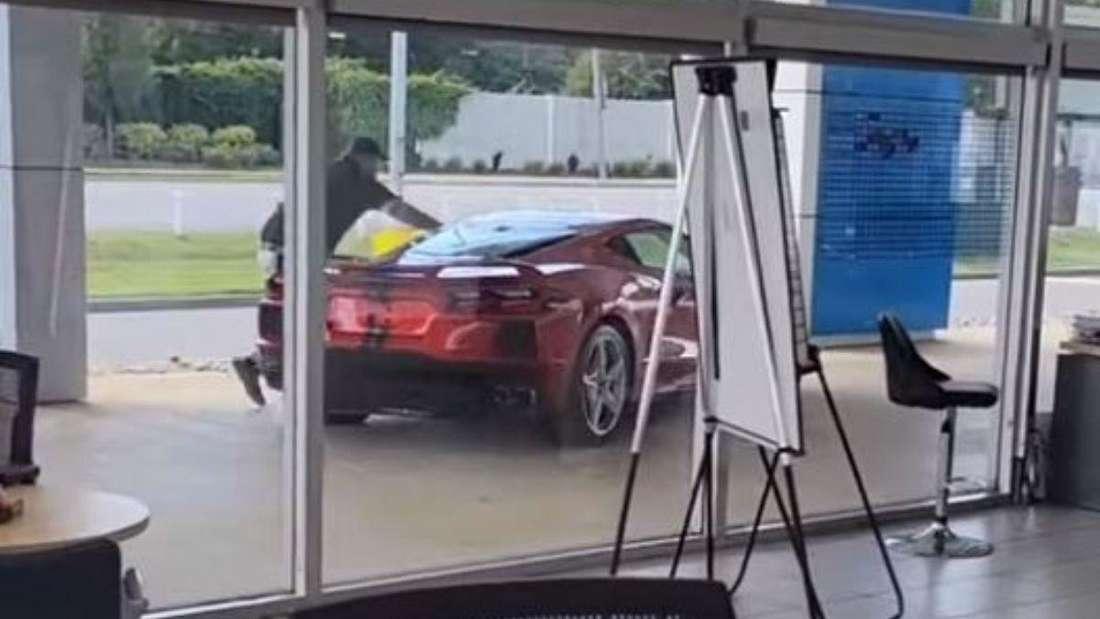 Ein Autohändler läuft einer wegfahrenden Corvette C8 hinterher.