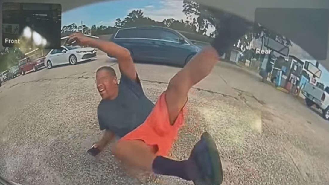 Ein Mann fällt zu Boden, eine Tesla-Kamera nimmt die Szene auf.