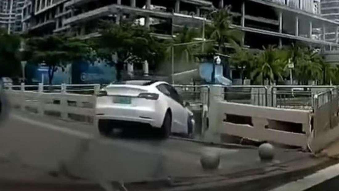 Ein weißes Tesla Model 3 stürzt in einen Fluss.
