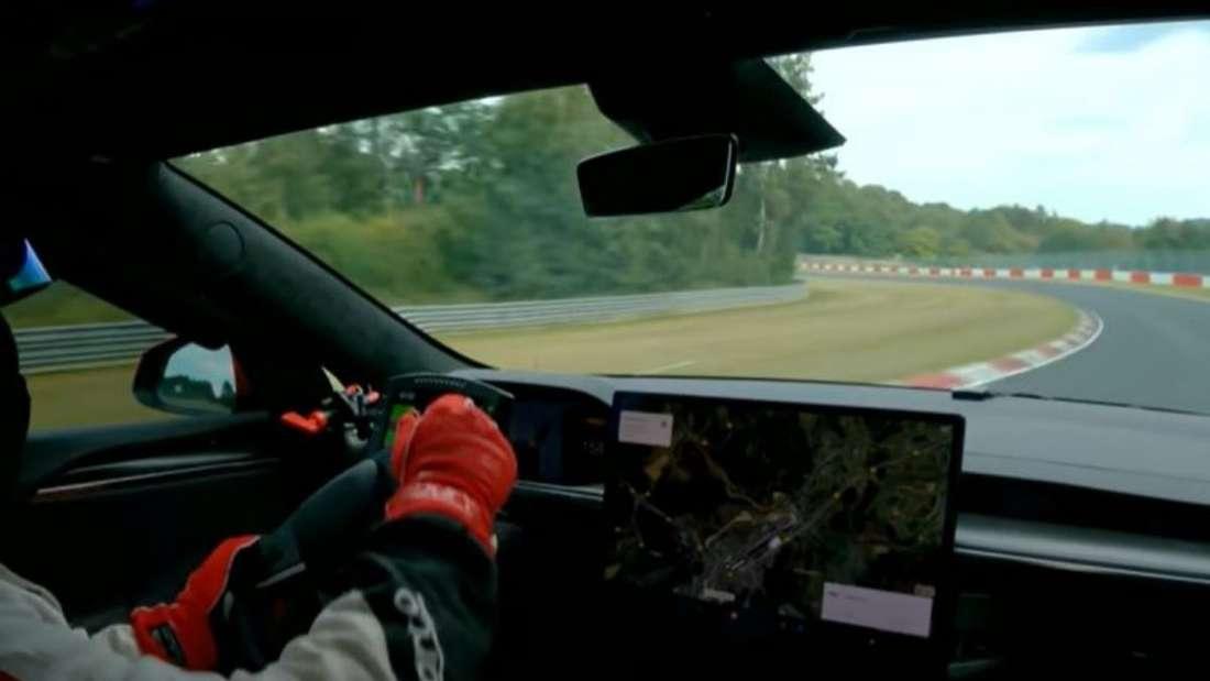 Ein Tesla-Pilot fährt mit dem Tesla Model S Plaid über den Nürburgring.