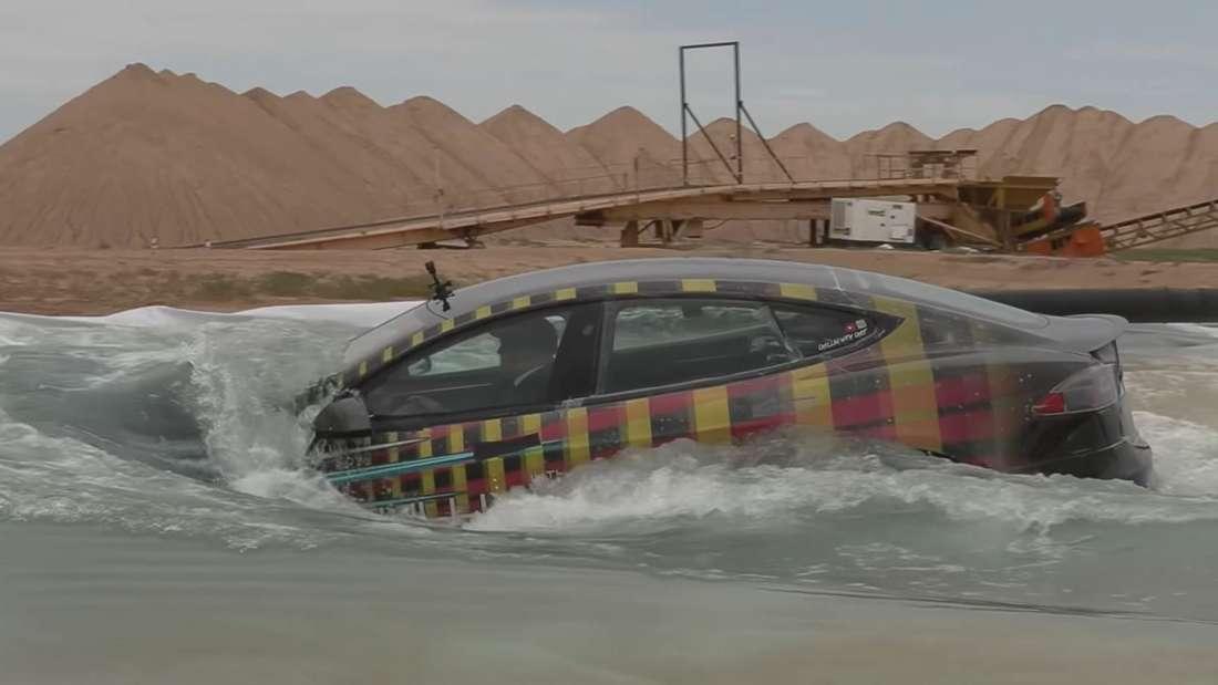 Tesla bei Wasser-Durchfahrt