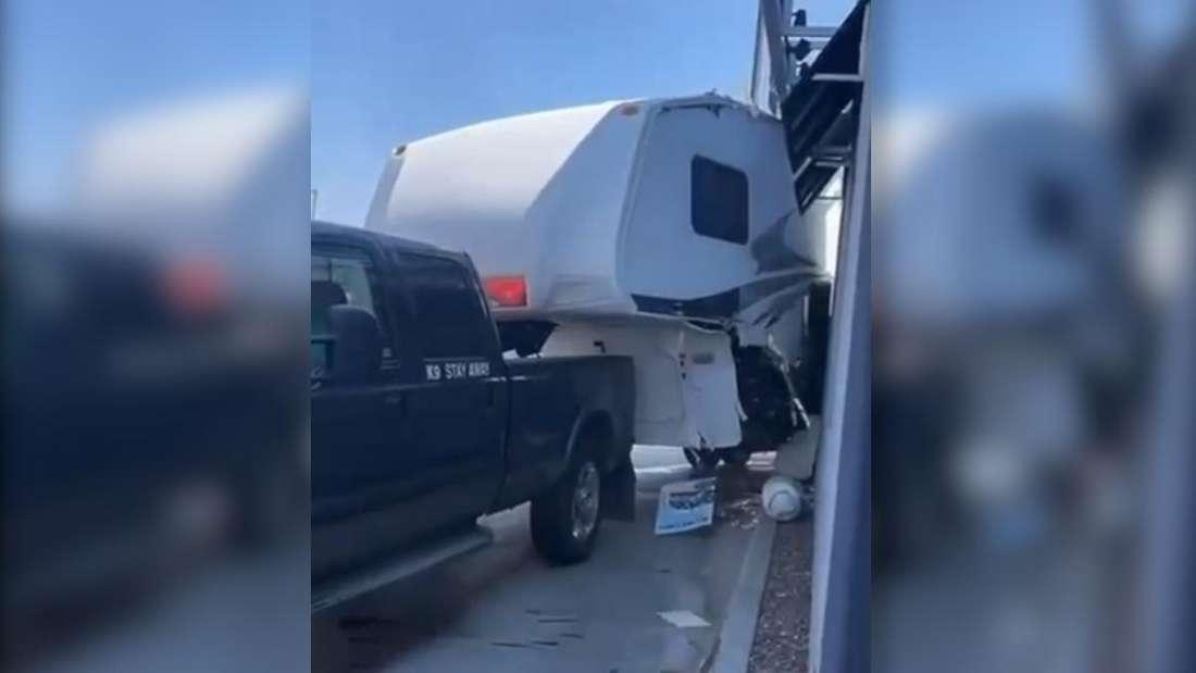 Ein aufgerissener Wohnwagen in einem Drive-in