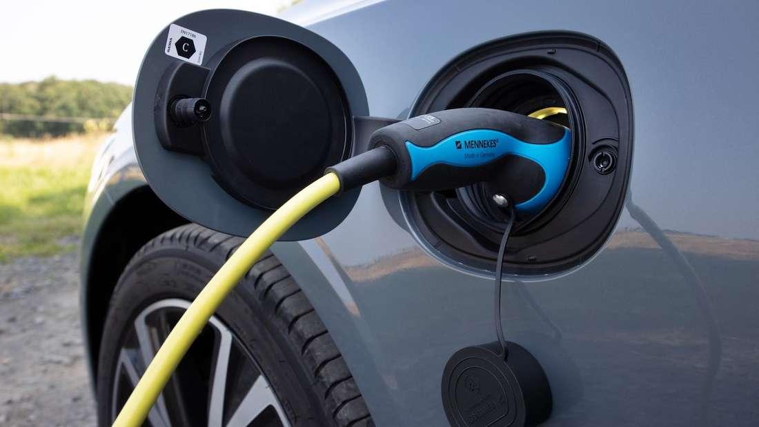 Ein Ladekabel steckt in einem Volvo V90 Recharge T6 AWD