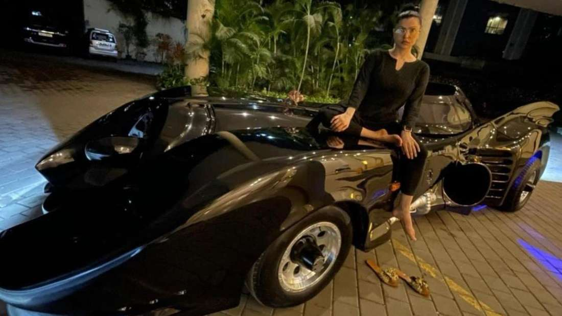 Shaira Ahmed Khan sitzt auf ihrem Batmobil.