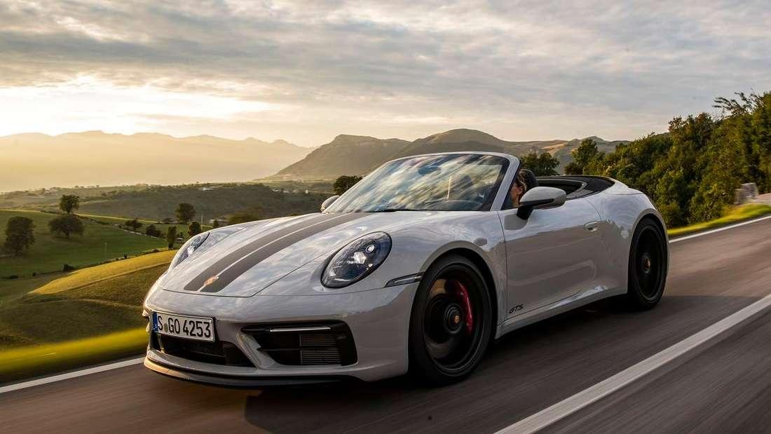 Fahraufnahme eines Porsche 911 Carrera 4 GTS Cabriolet