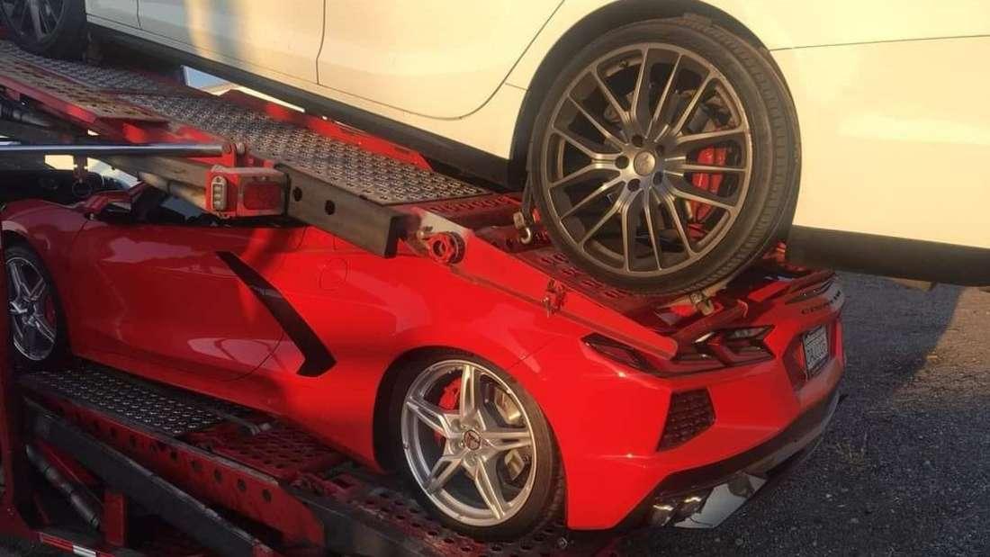 Eine rote Corvette C8, die auf einem Autotransporter zerquetscht wurde.
