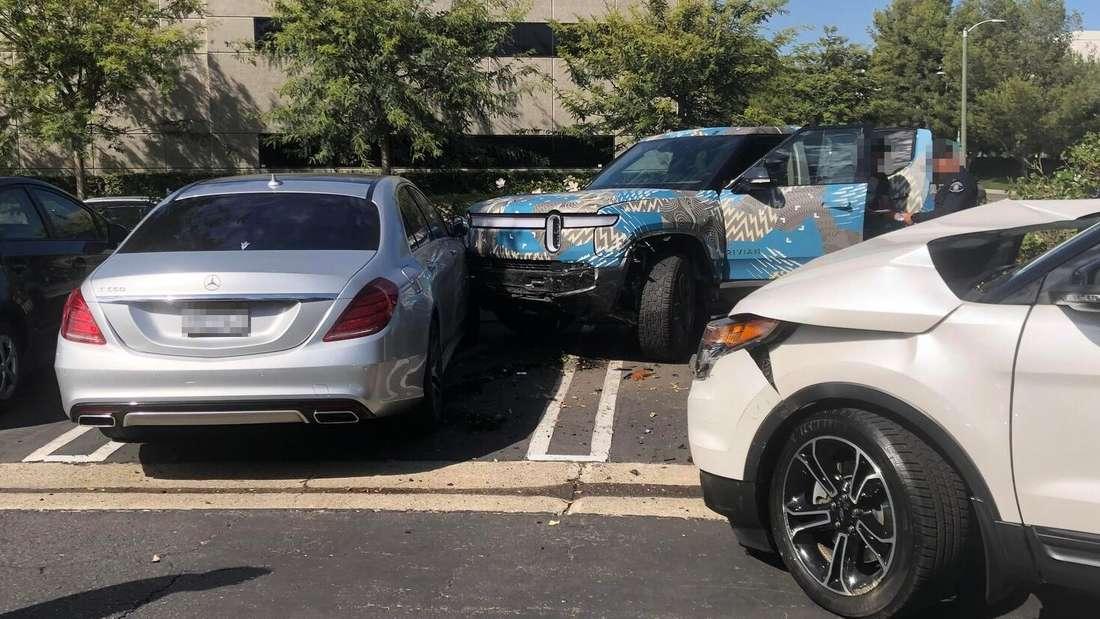 Ein Unfall mit einem Rivian-Prototyp, einer Mercedes S-Klasse und einem Ford Explorer
