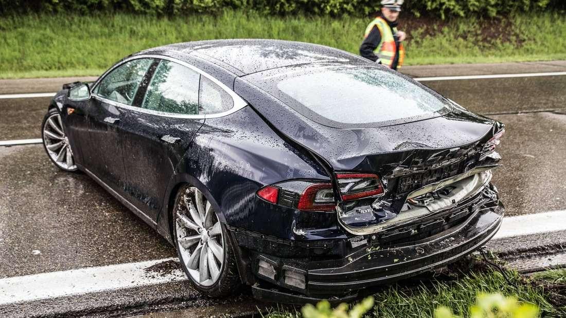 Tesla nach Unfall auf Autobahn (Symbolbild)