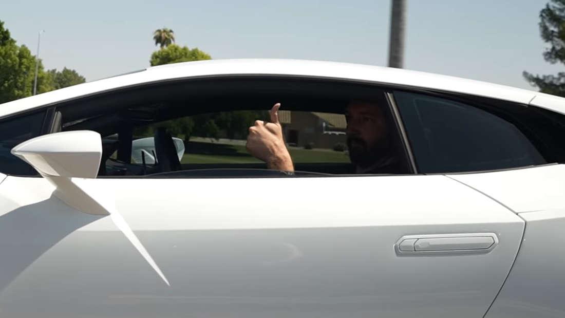 YouTuber Dawson in seinem weißen Lamborghini Huracán