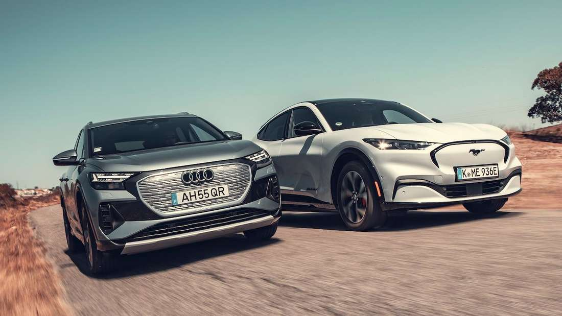 Audi Q4 e-tron und Ford Mustang Mach-E, fahrend