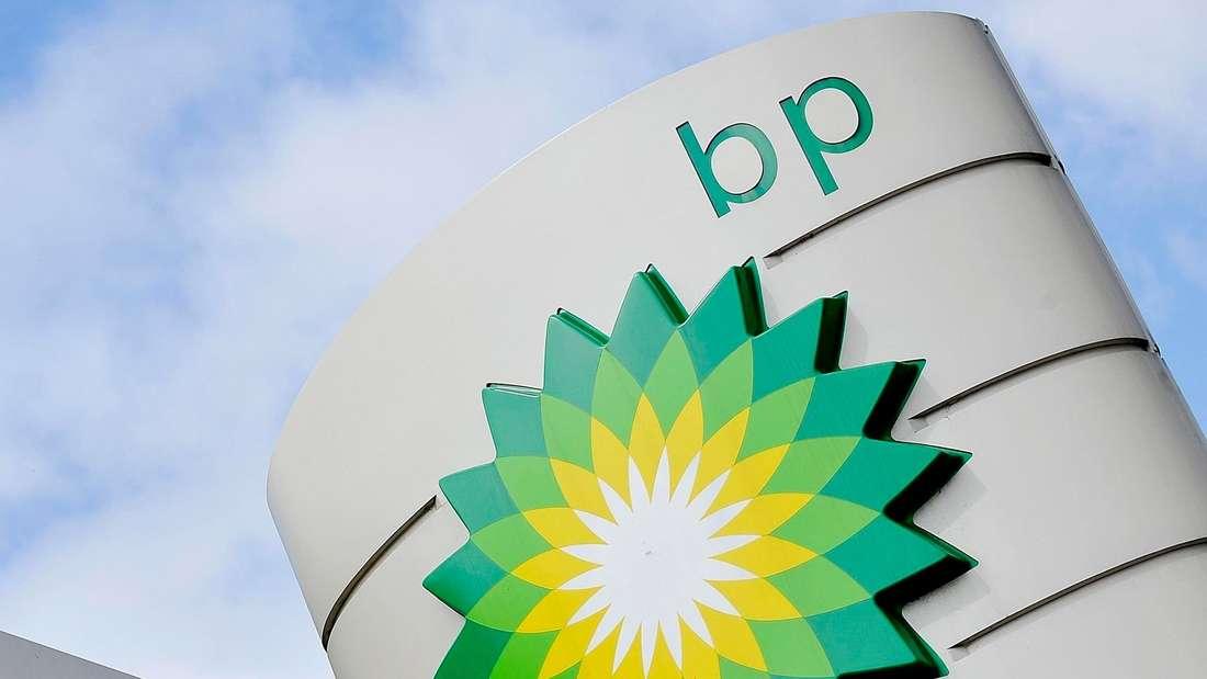 Das Symbol von BP an einer Tankstelle