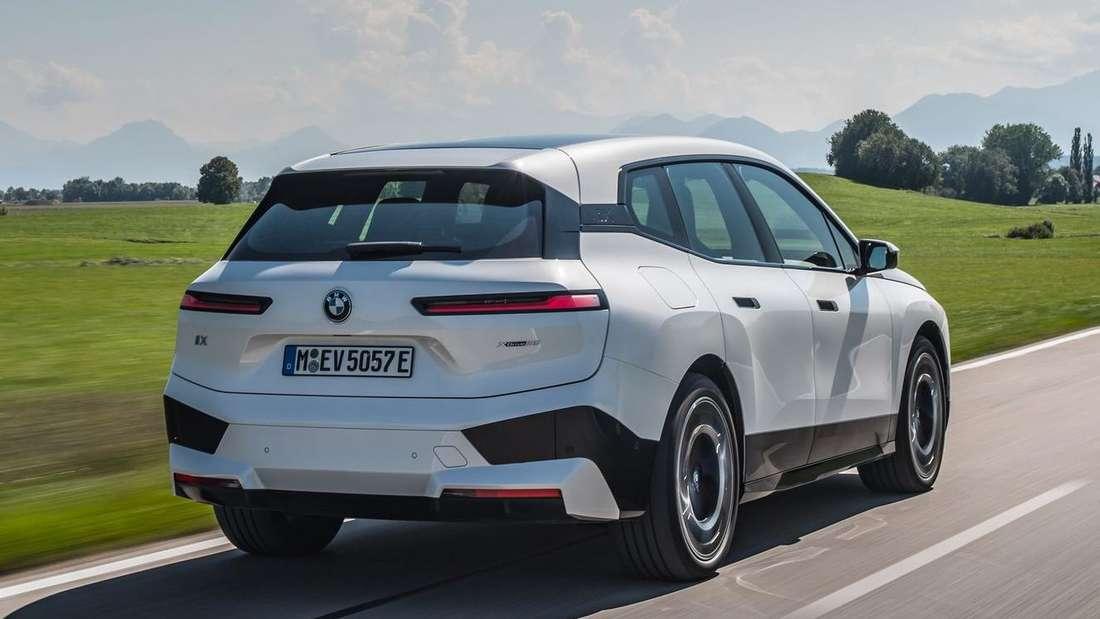 BMW iX xDrive50, fahrend, von seitlich hinten