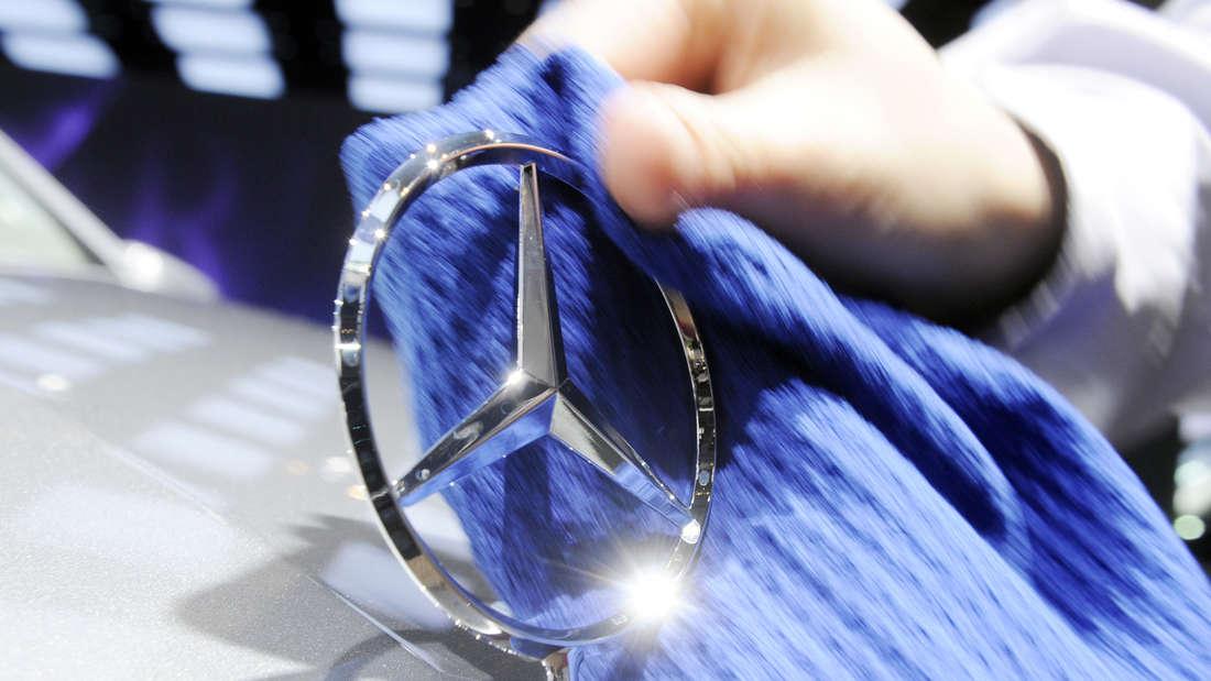 Ein Mercedes-Stern wird poliert. (Symbolbild)