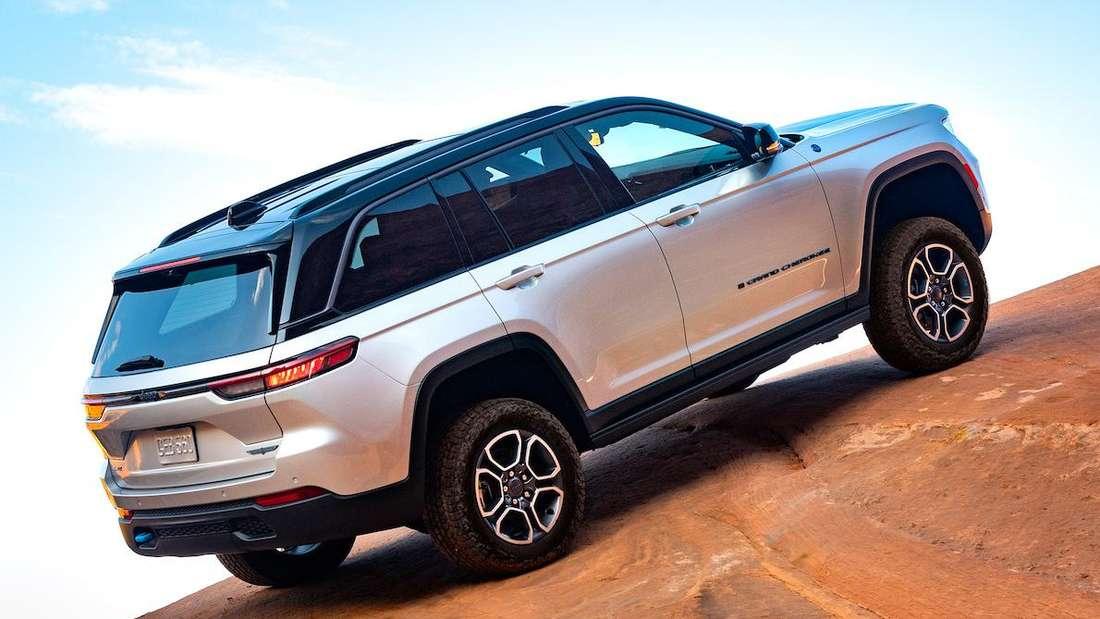 Ein Jeep Grand Cherokee steht an einem Hang.