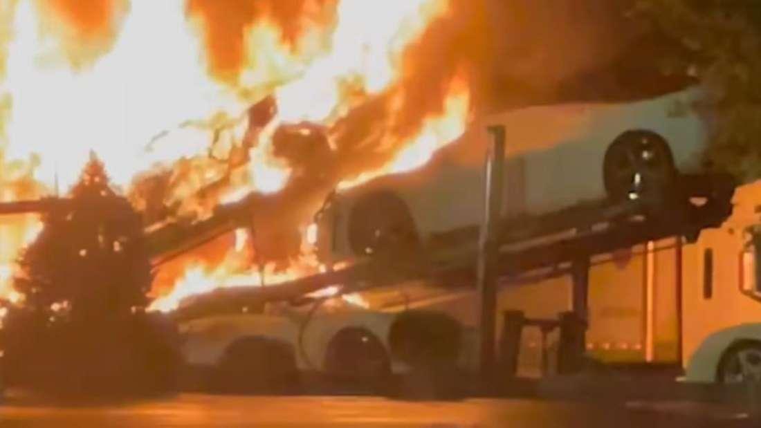 Ein mit Corvette-Fahrzeugen beladener Autotransporter steht in Flammen.