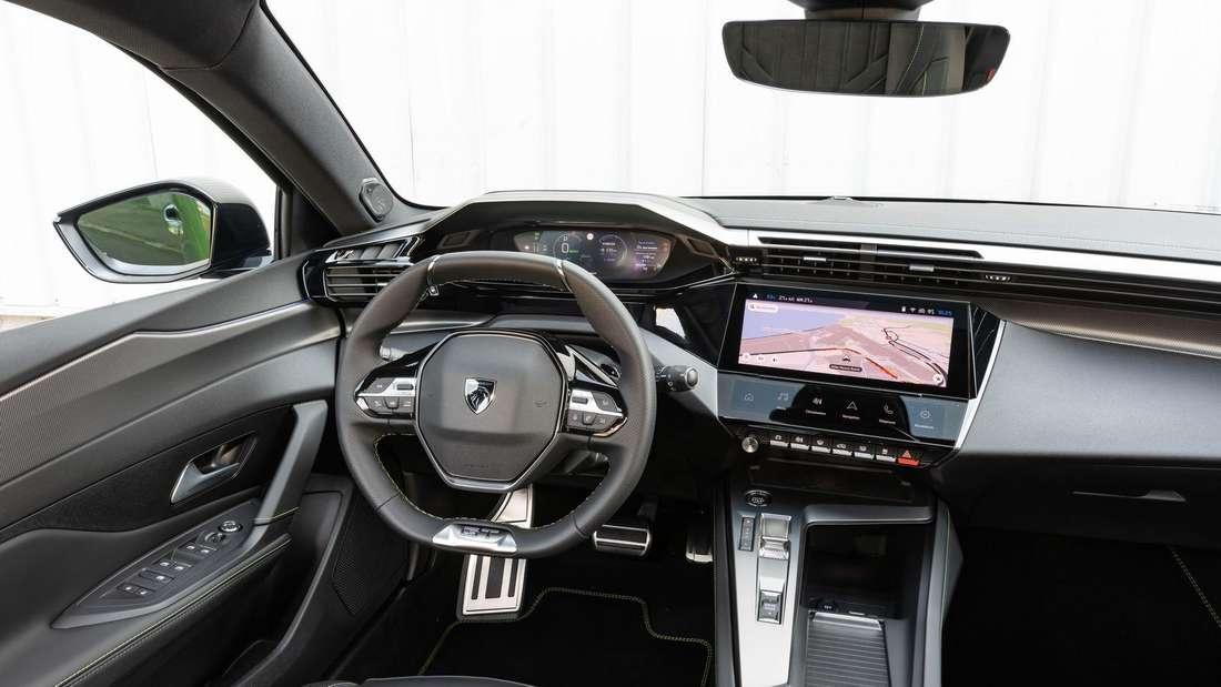 Blick ins Cockpit eines Peugeot 308