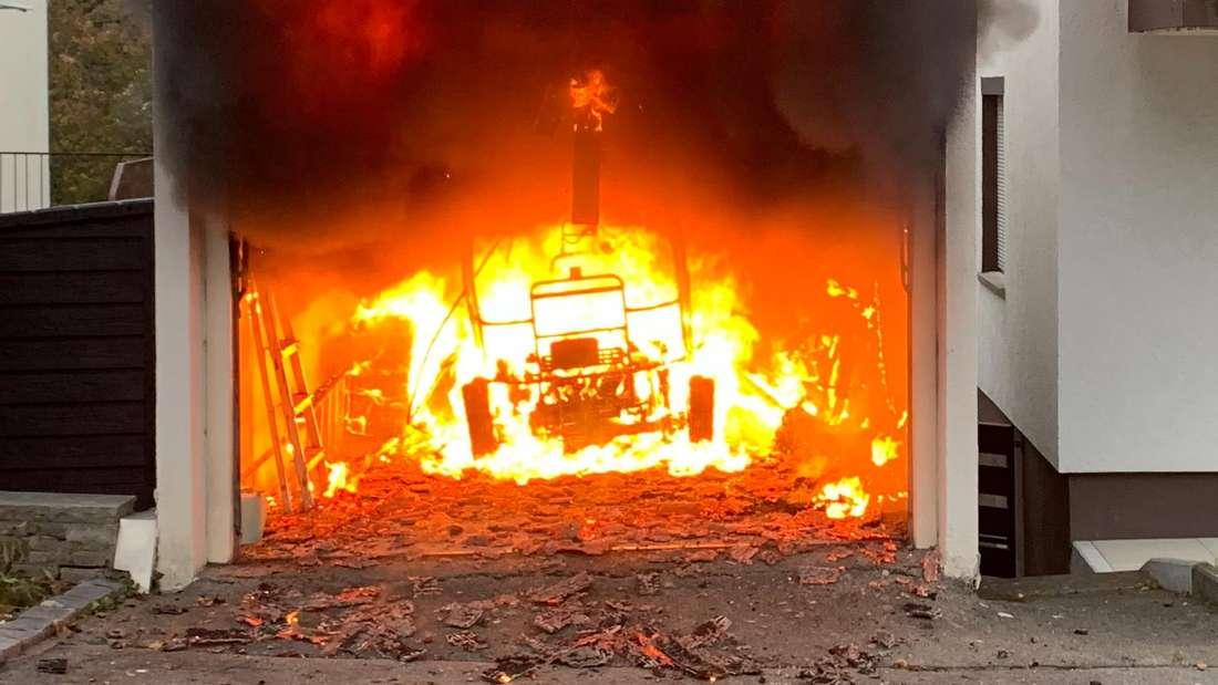Ein brennendes Elektromobil in einer Garage