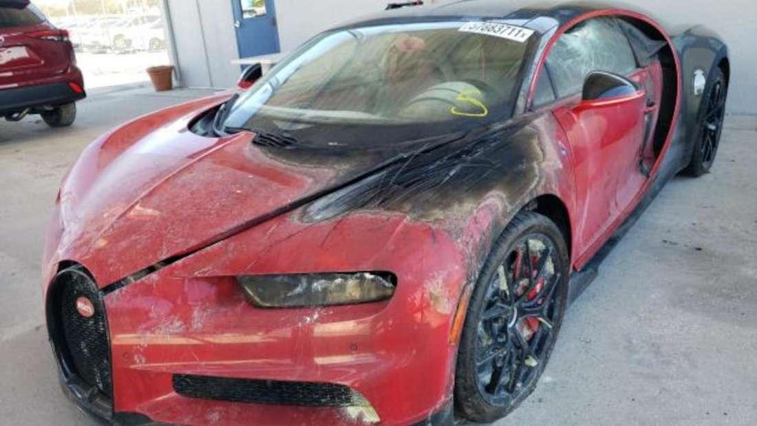 Ein roter Bugatti Chiron mit Brandschaden